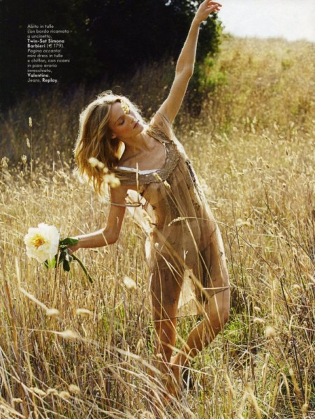 Erin Axtell by Chris Craymer in Fiori di Campo | Vanity Fair Italy