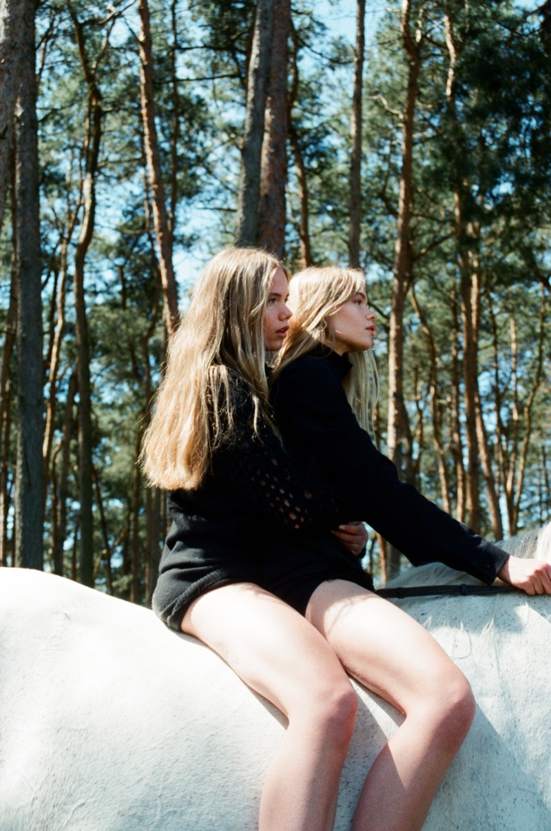 lina zeit shoot8 Inka and Neele Hoeper Pose for Lina Scheynius in Zeit Magazin