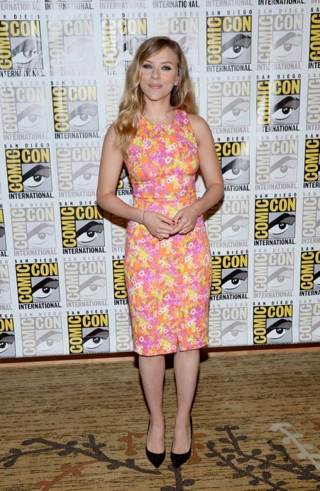 scar jo versace2 Scarlett Johansson Wears Versace at 2013 Comic Con in San Diego