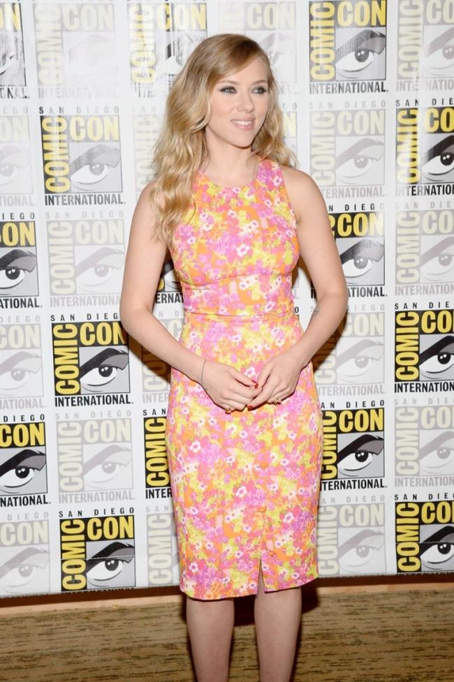scar jo versace3 Scarlett Johansson Wears Versace at 2013 Comic Con in San Diego