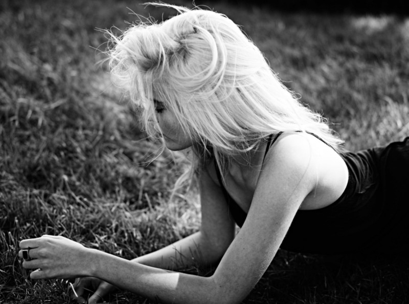 sky ferreira hedi slimane7 800x594 Sky Ferreira Poses for Hedi Slimane in New Promo Images
