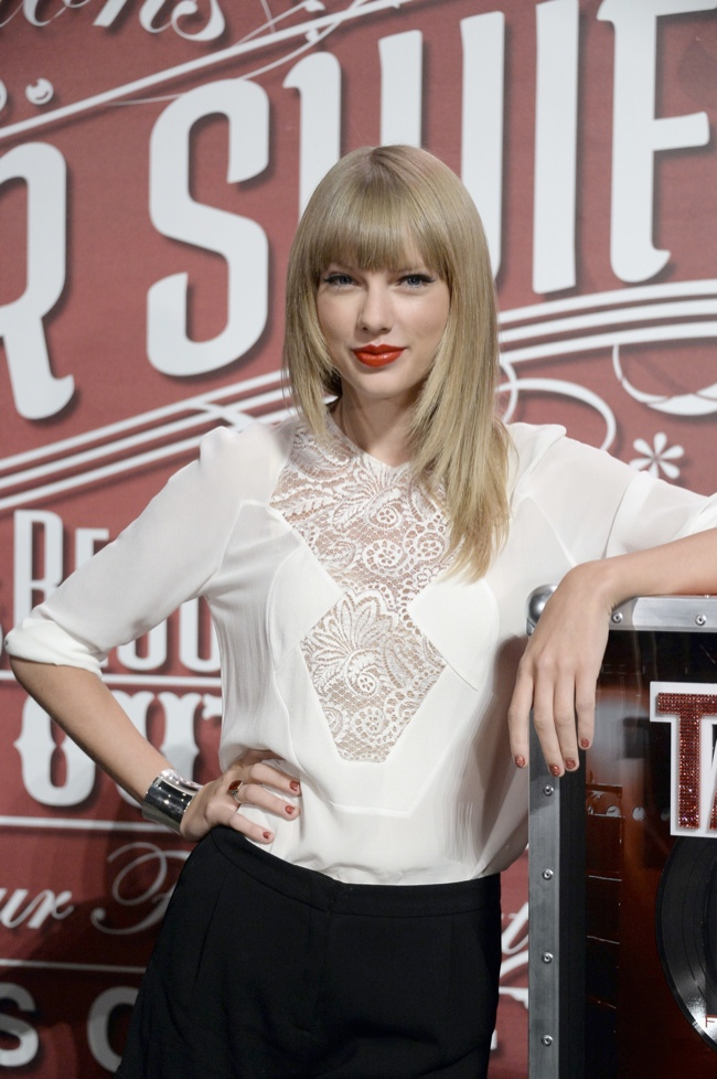 taylor elie saab2 Taylor Swift Wears Elie Saab at her Red Tour Press Conference