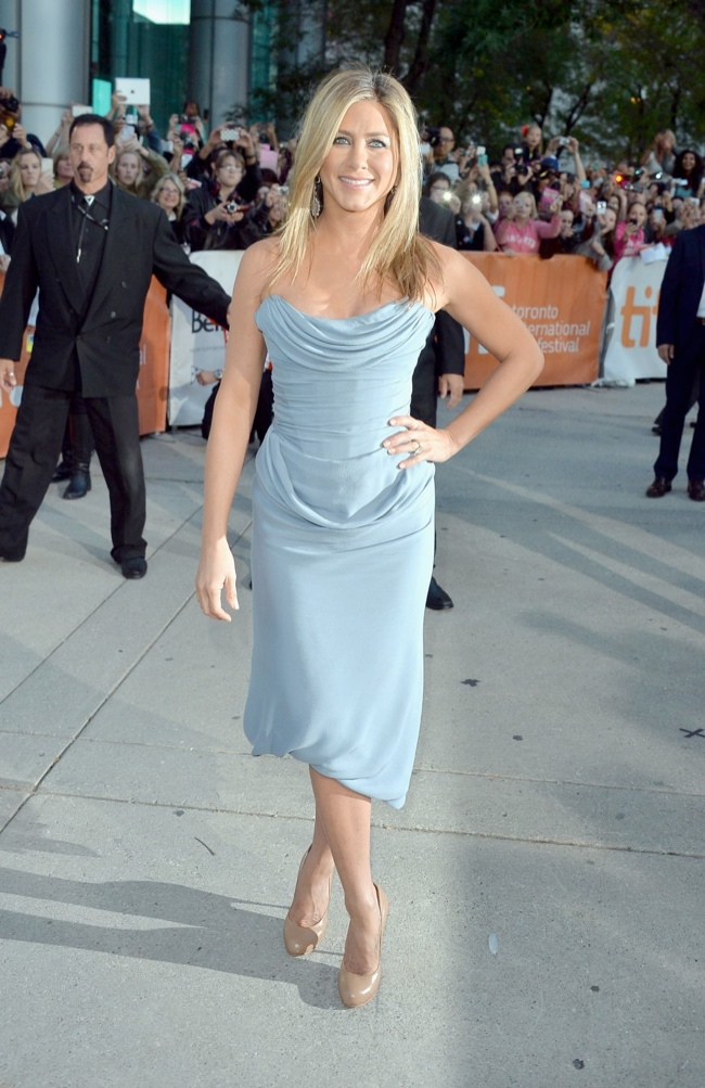 jennifer vivienne westwood1 Jennifer Aniston Wears Vivienne Westwood at the Life of Crime Premiere