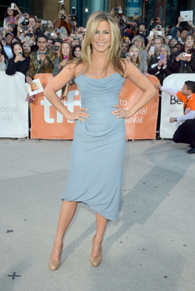 jennifer vivienne westwood2 Jennifer Aniston Wears Vivienne Westwood at the Life of Crime Premiere