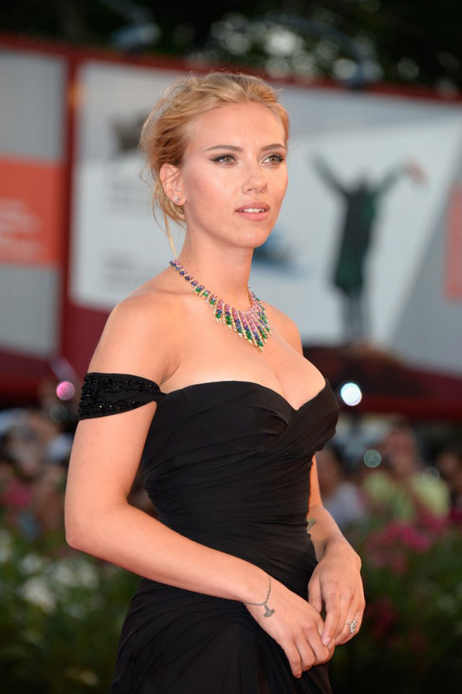 scarlett johansson versace2 Scarlett Johansson Wears Versace at the 70th Annual Venice Film Festival