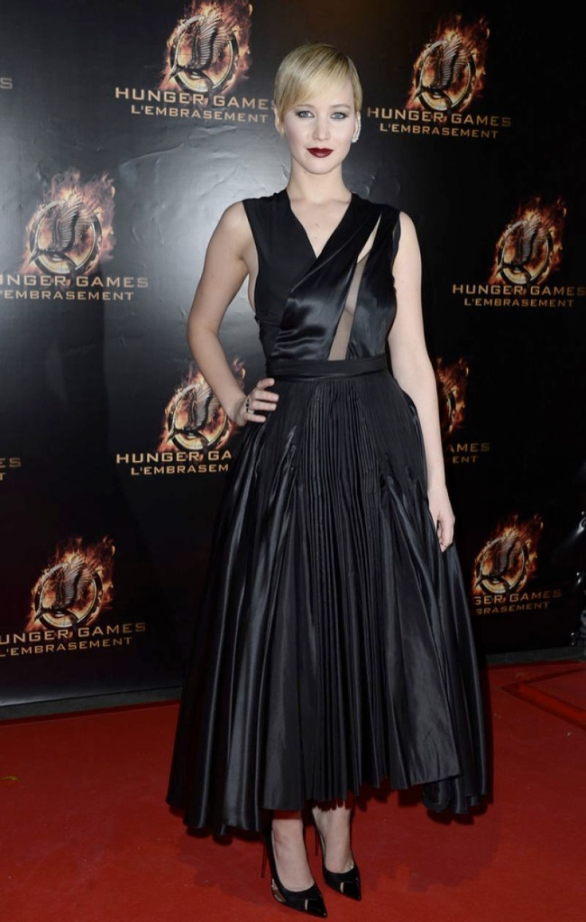 jennifer dark dior1 Jennifer Lawrence is Dark in Dior at The Hunger Games Paris Premiere