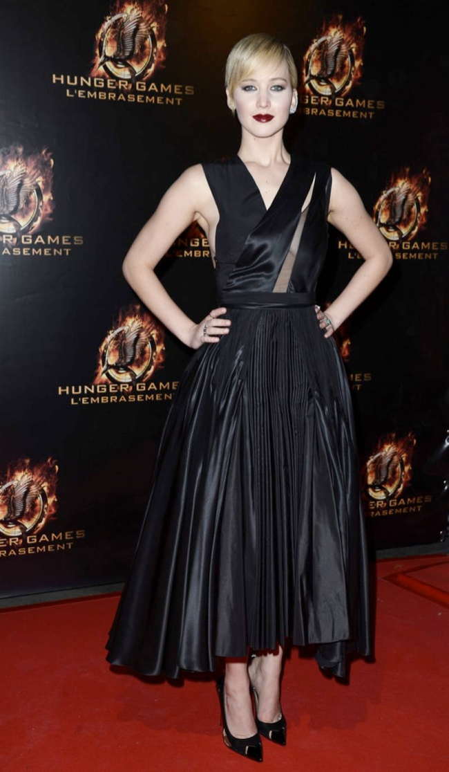 jennifer dark dior2 Jennifer Lawrence is Dark in Dior at The Hunger Games Paris Premiere