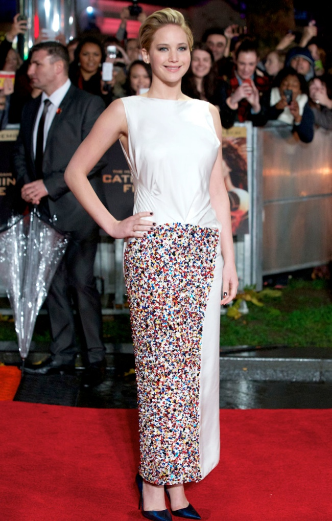 jennifer lawrence short hair2 Jennifer Lawrence Debuts Short Hair in Dior at The Hunger Games London Premiere