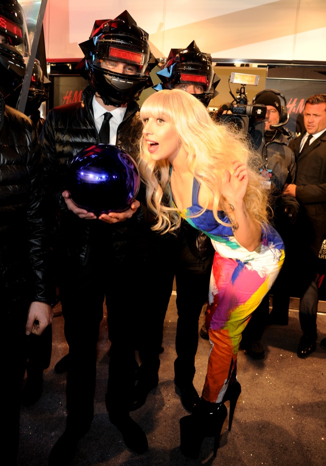 lady gaga hm store opening2 Lady Gaga Helps Open H&M Store in Times Square