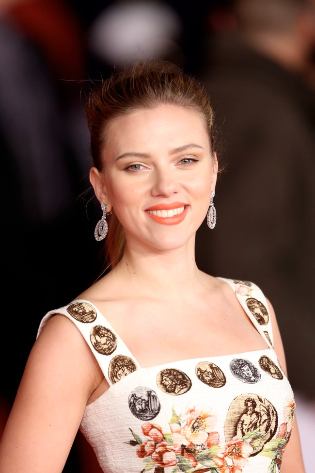scarlett johansson dolce gabbana dress3 Scarlett Johansson Wears Dolce & Gabbana at the 8th Rome Film Festival