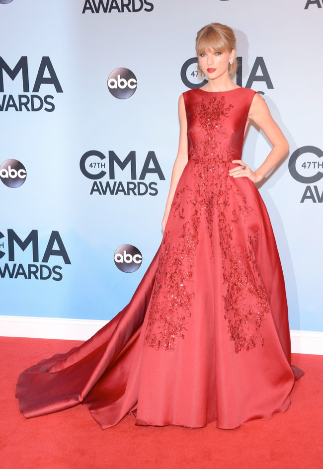 taylor elie saab dress1 Taylor Swift Wears Elie Saab at the 47th CMA Awards