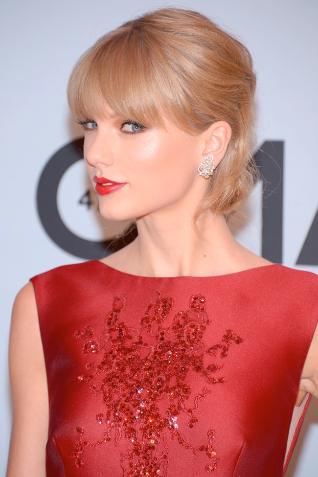 taylor elie saab dress2 Taylor Swift Wears Elie Saab at the 47th CMA Awards
