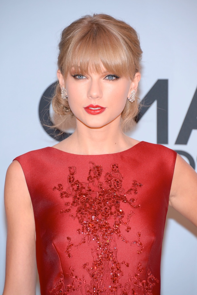 taylor elie saab dress3 Taylor Swift Wears Elie Saab at the 47th CMA Awards