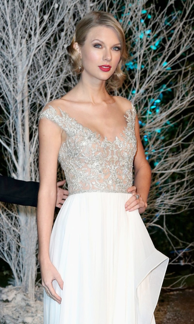 taylor reem acra dress3 Taylor Swift Dazzles in Reem Acra at the Winter Whites Gala