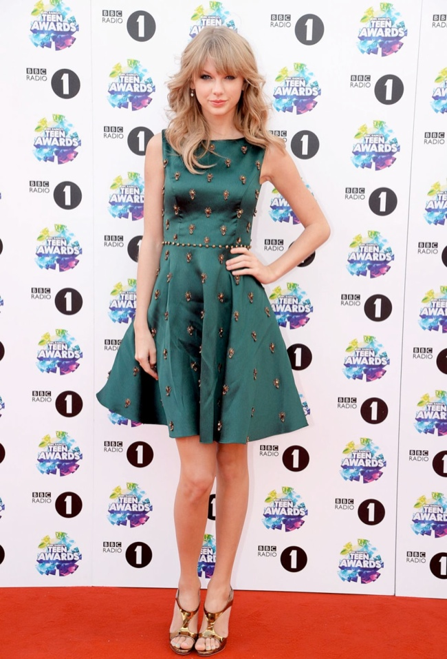 taylor swift dress1 Taylor Swift Wears Jenny Packham at the BBC Radio 1 Teen Awards