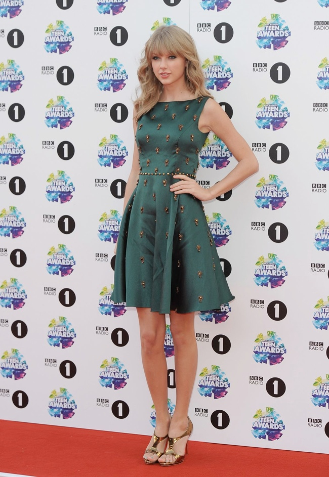 taylor swift dress3 Taylor Swift Wears Jenny Packham at the BBC Radio 1 Teen Awards