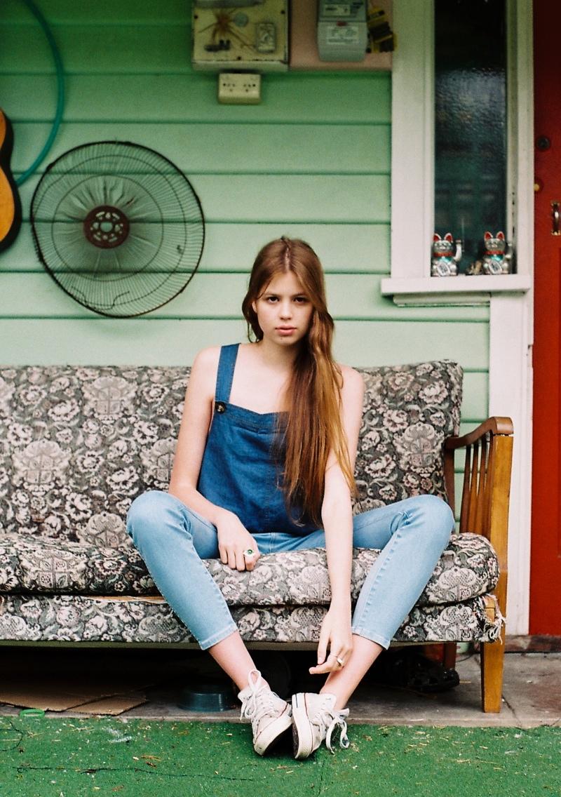 wrangler jeans4 Chloe Worthington Gets Casual in Wrangler Festival Campaign
