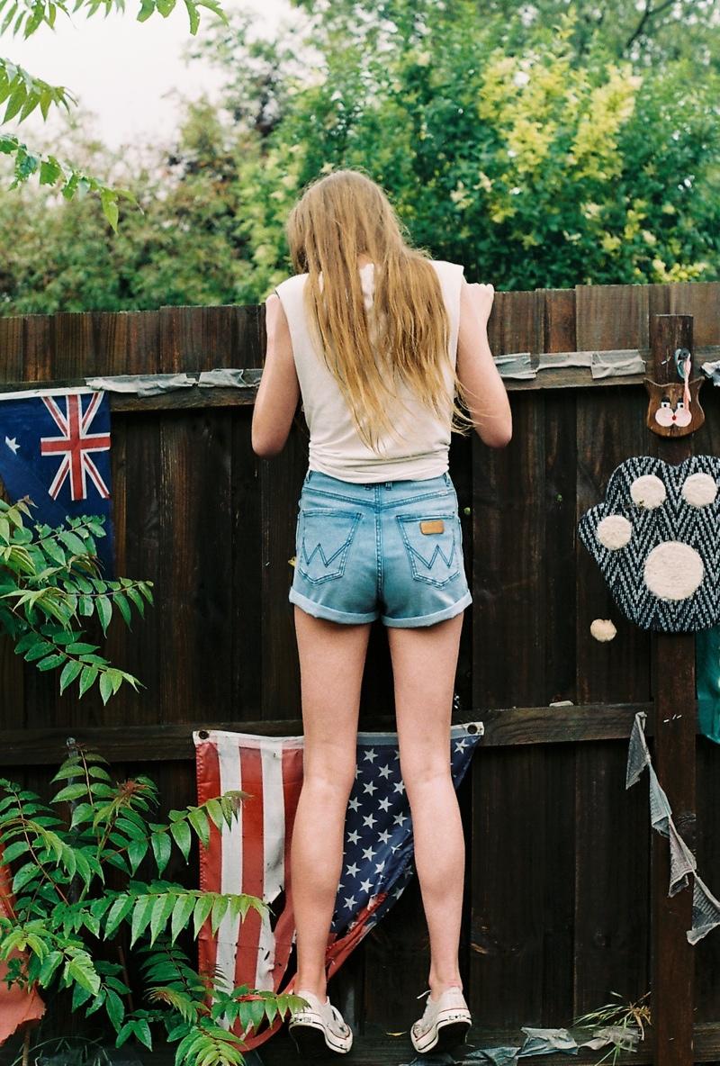 wrangler jeans5 Chloe Worthington Gets Casual in Wrangler Festival Campaign