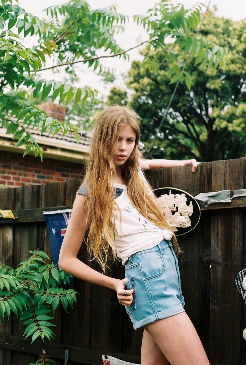 wrangler jeans6 Chloe Worthington Gets Casual in Wrangler Festival Campaign