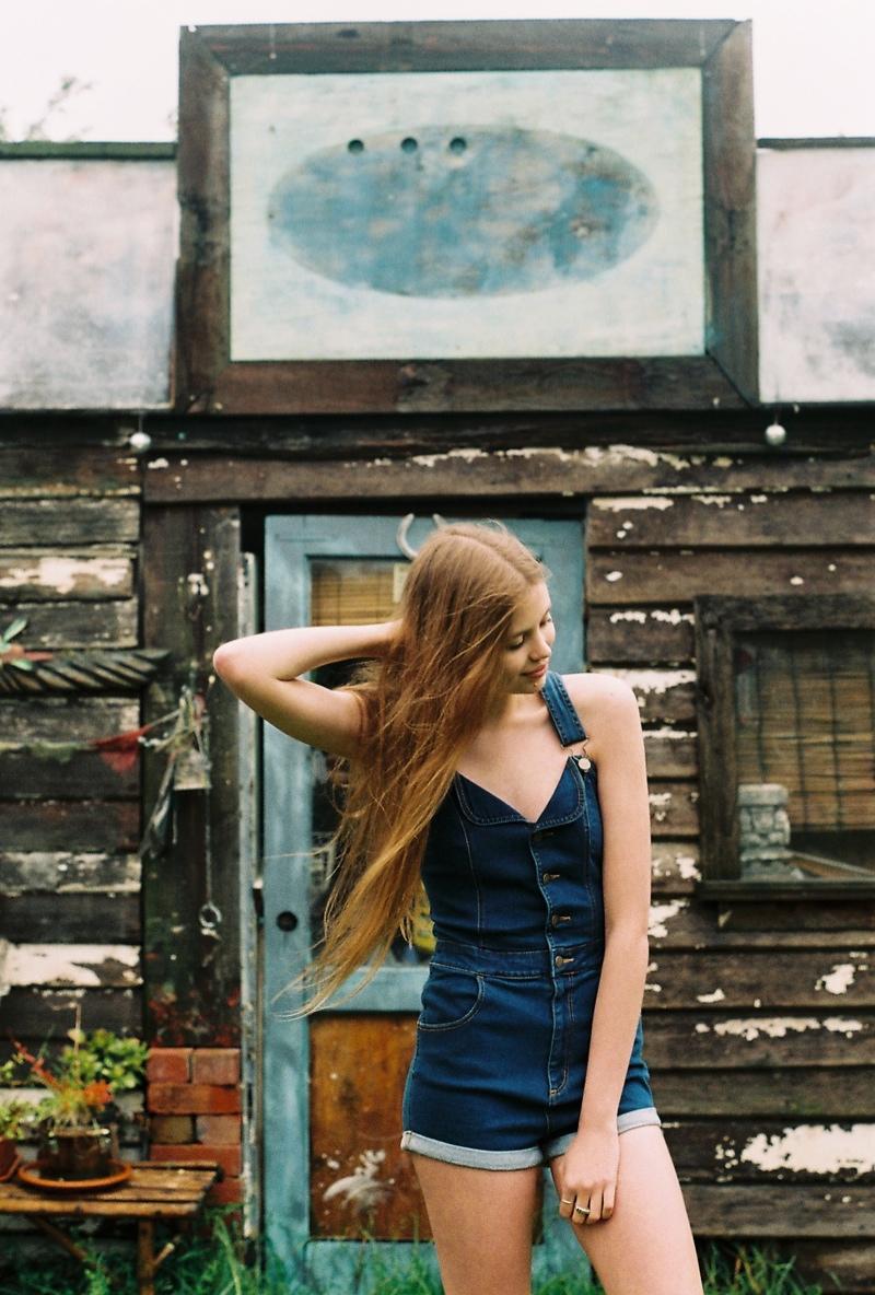 wrangler jeans7 Chloe Worthington Gets Casual in Wrangler Festival Campaign