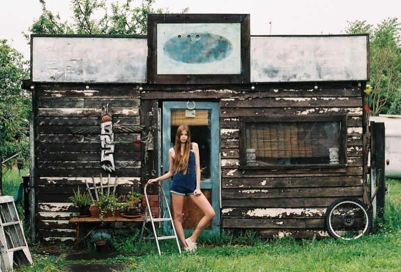 wrangler jeans8 Chloe Worthington Gets Casual in Wrangler Festival Campaign