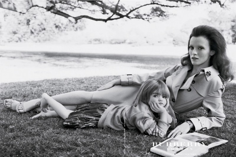 burberry spring 2005 campaign10 800x532 Throwback Thursday | Kate Moss Has a Stylish Picnic in 2005 Burberry Ads