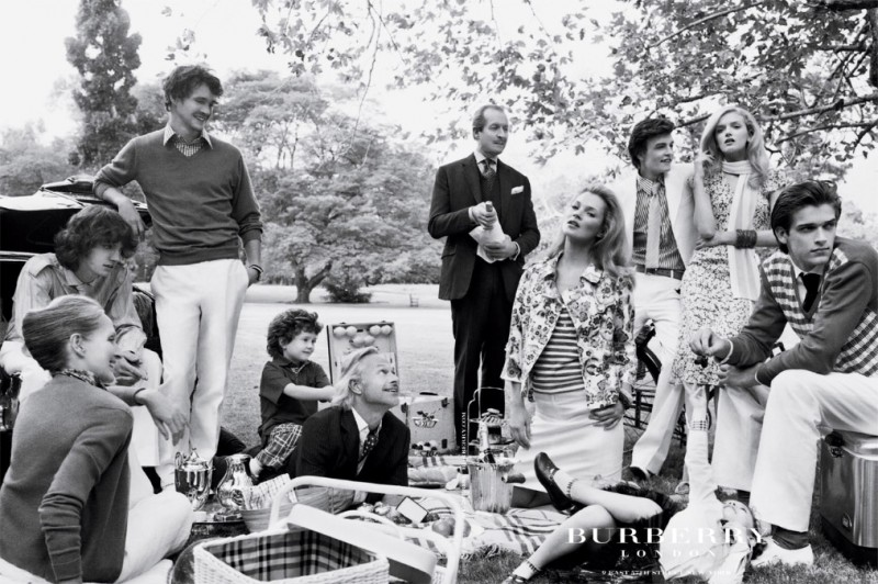 burberry spring 2005 campaign11 800x532 Throwback Thursday | Kate Moss Has a Stylish Picnic in 2005 Burberry Ads