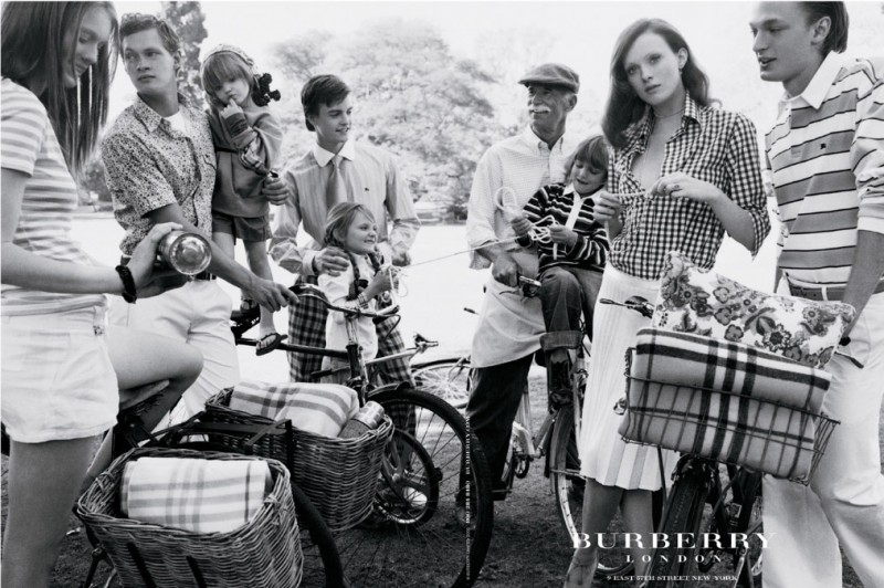 burberry spring 2005 campaign8 800x532 Throwback Thursday | Kate Moss Has a Stylish Picnic in 2005 Burberry Ads