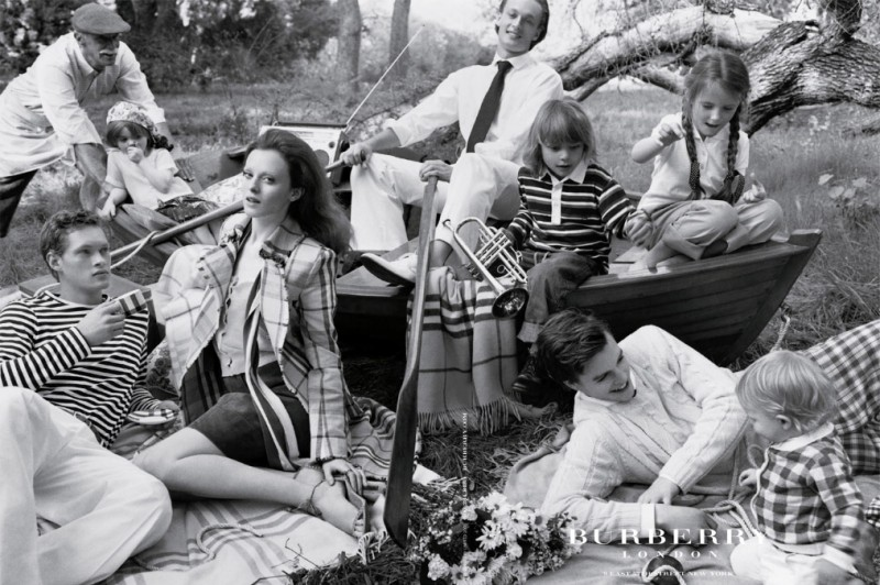 burberry spring 2005 campaign9 800x532 Throwback Thursday | Kate Moss Has a Stylish Picnic in 2005 Burberry Ads