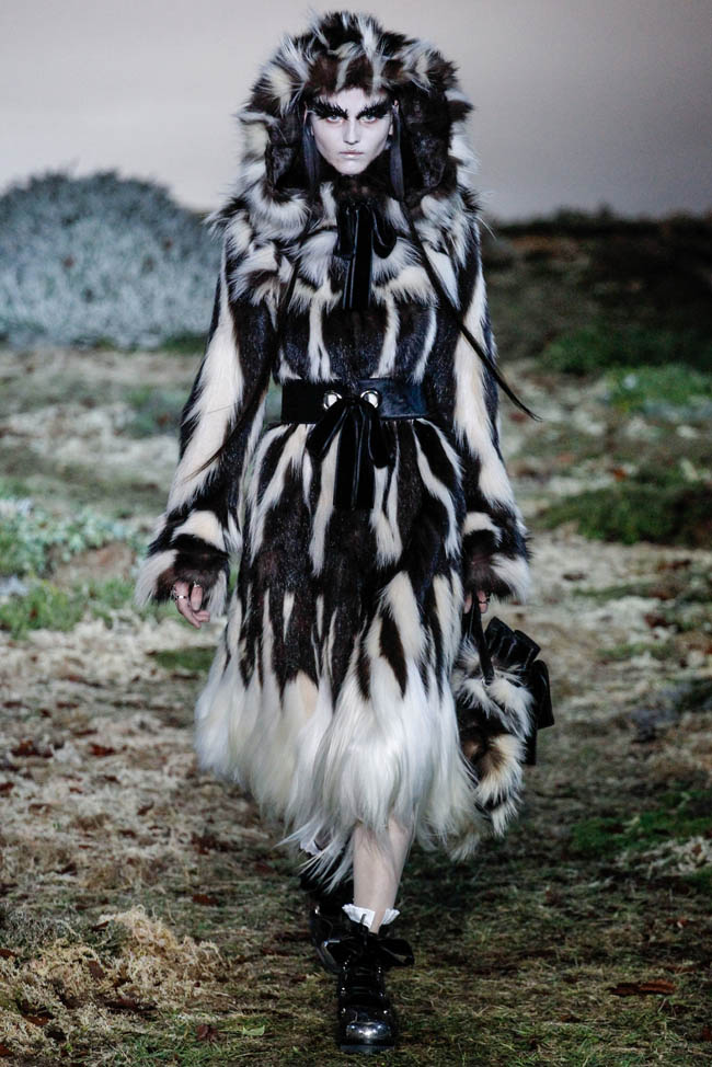 alexander mcqueen fall winter 2014 show17 Alexander McQueen Fall/Winter 2014 | Paris Fashion Week