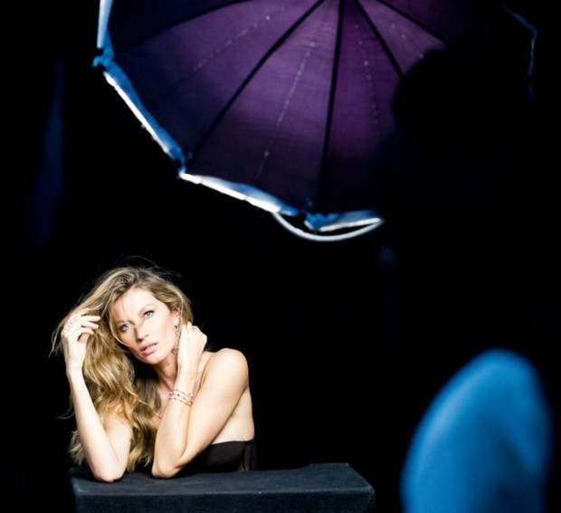gisele bundchen behind the scenes6 Gisele Bundchen Behind the Scenes at Upcoming Vivara Jewelry Ad