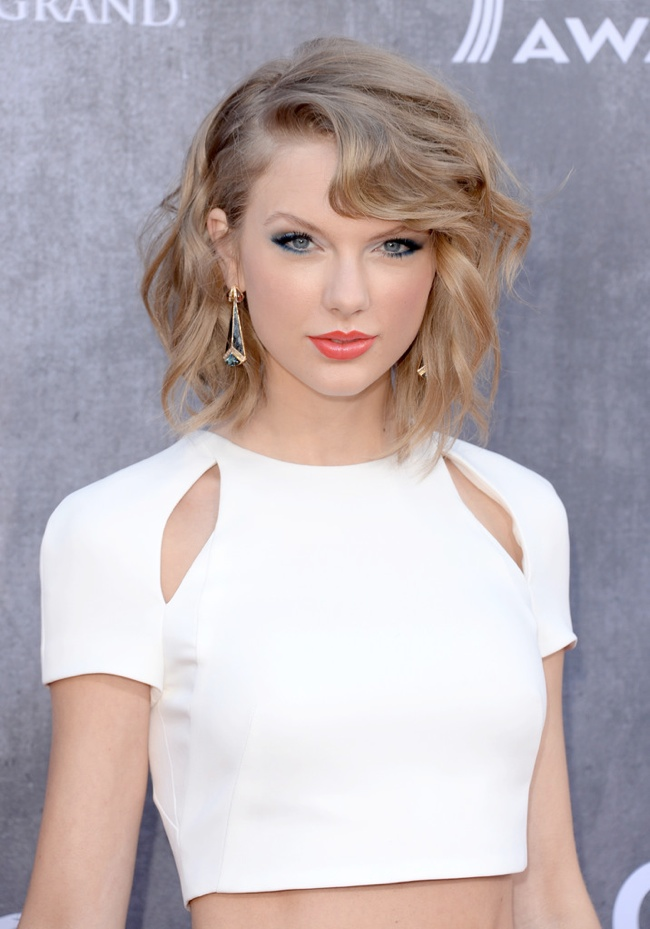 taylor swift j mendel country music awards1 Taylor Swift Rocks J. Mendel at the 49th Annual Academy of Country Music Awards