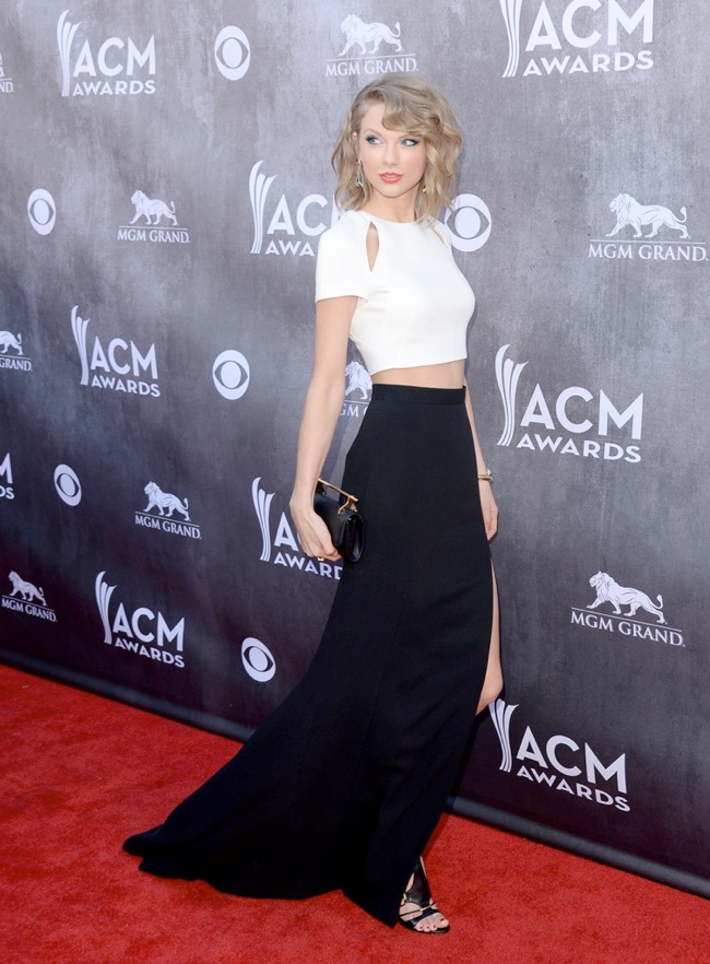 taylor swift j mendel country music awards2 Taylor Swift Rocks J. Mendel at the 49th Annual Academy of Country Music Awards