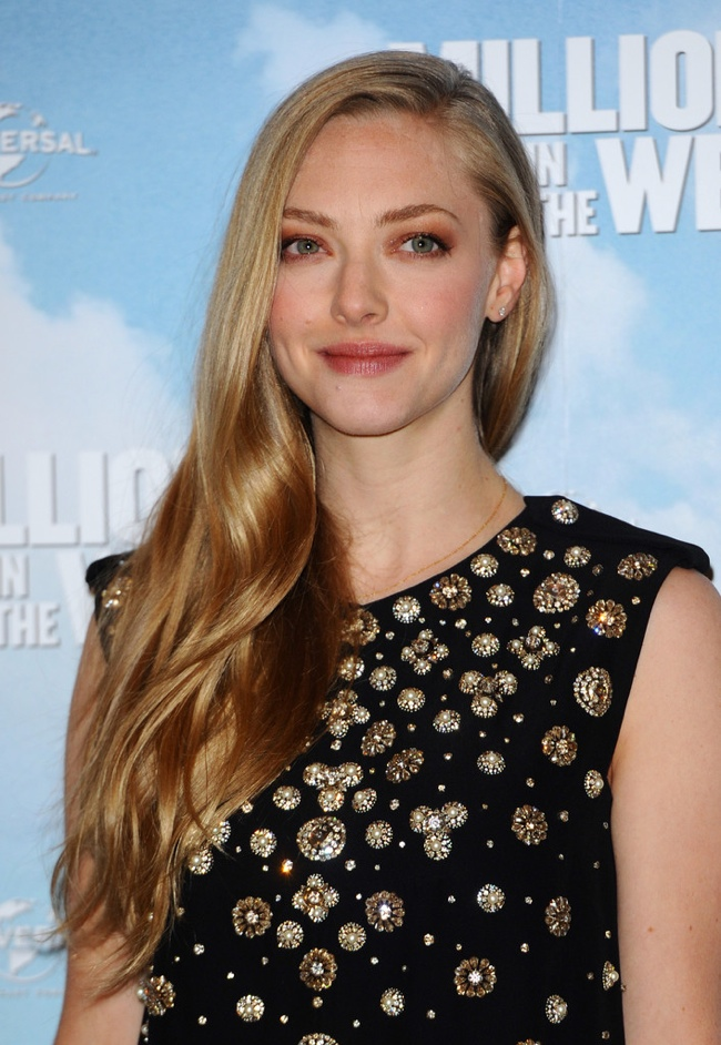 amanda seyfried mcqueen dress black2 Amanda Seyfried Wears Alexander McQueen Dress to A Million Ways to Die in the West London Photocall