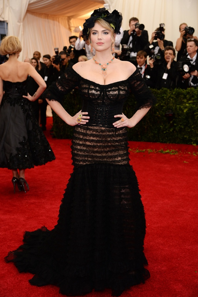 Kate Upton looks Sicilian chic in Dolce & Gabbana