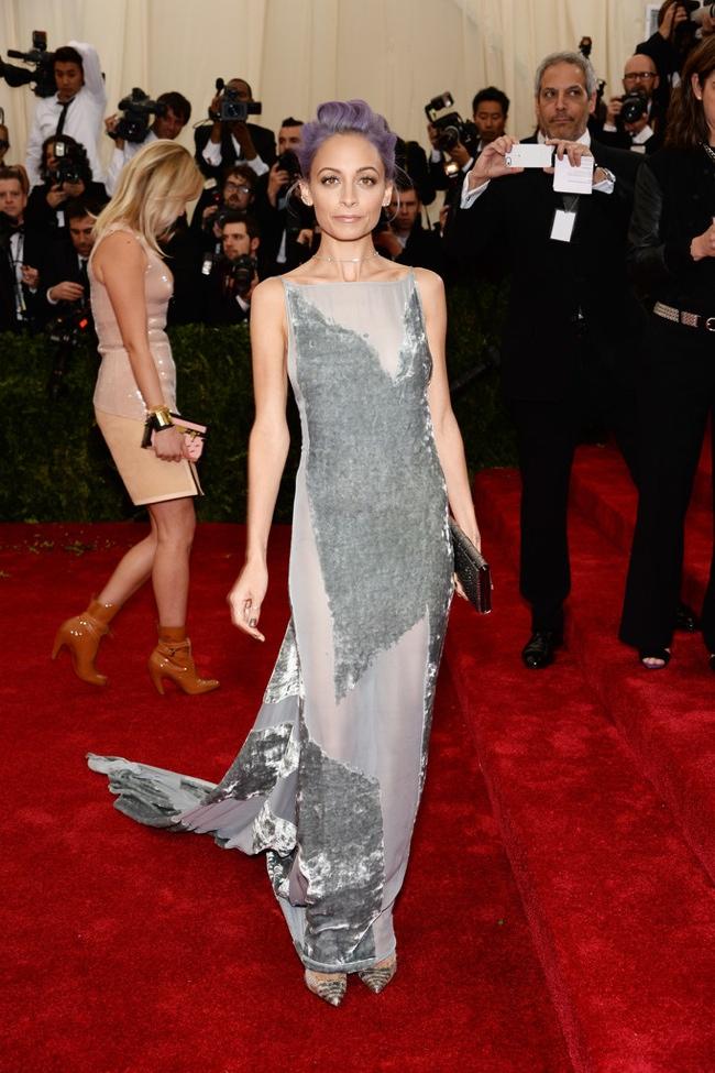 Nicole Richie shows off custom Donna Karan Atelier dress