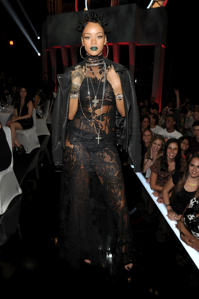 rihanna givenchy iheart radio 2014 1 Rihanna Delivers 90s Style in Givenchy at the 2014 iHeartRadio Music Awards
