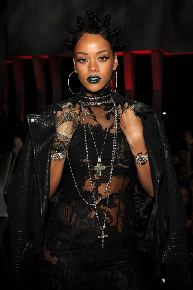 rihanna givenchy iheart radio 2014 2 Rihanna Delivers 90s Style in Givenchy at the 2014 iHeartRadio Music Awards