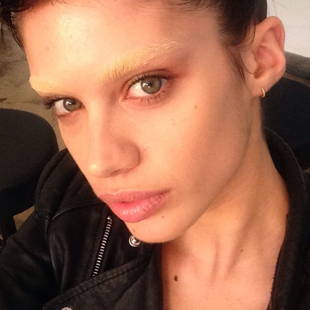 Sara Sampaio (temporarily) has no eyebrows