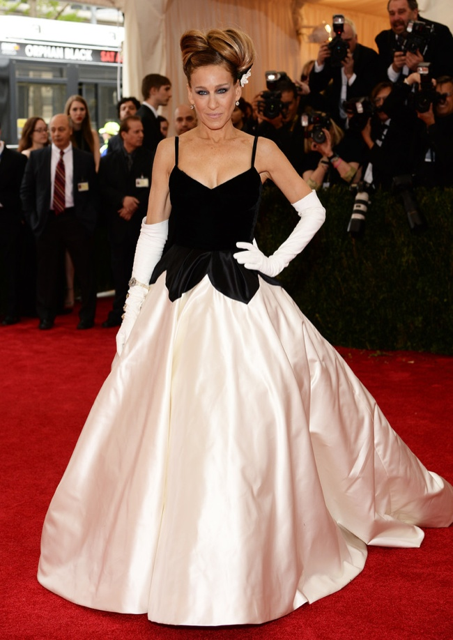 Sarah Jessica Parker wears traditional black and white in Oscar de la Renta at the 2014 Met Gala