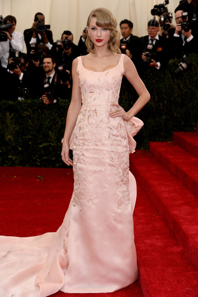 Taylor Swift charms in princess pink Oscar de la Renta gown