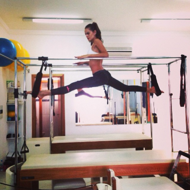 izabel isometrics stretch Model Fitness! 12 Instagrams of Izabel Goulart Working Out