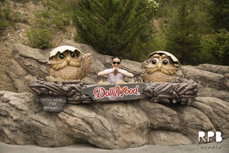 katy perry topshop dollywood photo4 Katy Perry Wears Topshop, Chanel Suspenders While Visiting Dollywood