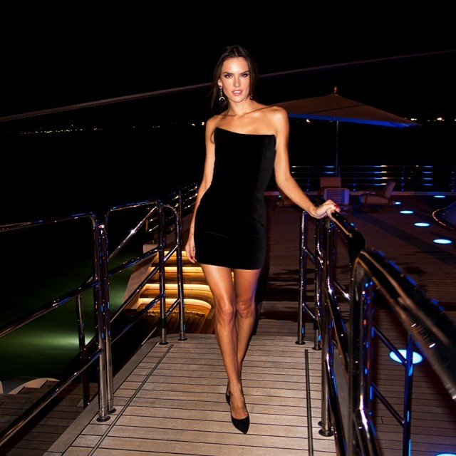 Alessandra Ambrosio looks sexy in Rio