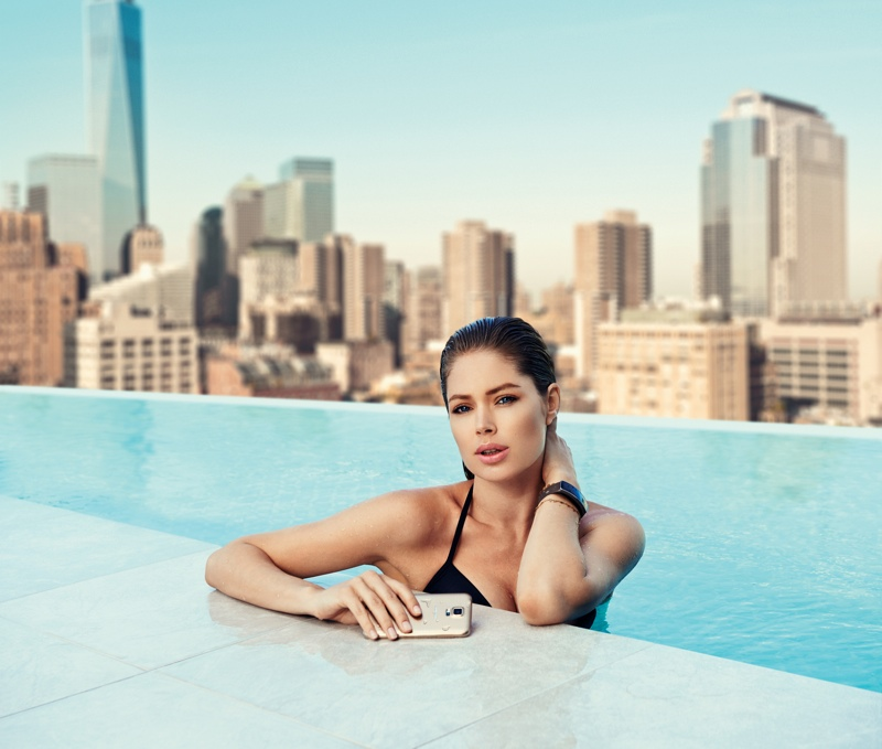 doutzen kroes samsung galaxy photos1 Doutzen Kroes Poses in Pool for Samsung S5 Smartphone Campaign