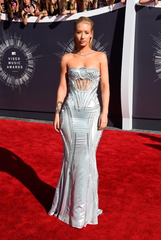 Iggy Azalea shines in silver Versace gown