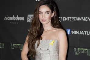 "Megan Fox Wears Jenni Kayne Snakeskin Print Dress at ""Teenage Mutant Ninja Turtles"" Seoul Premiere"