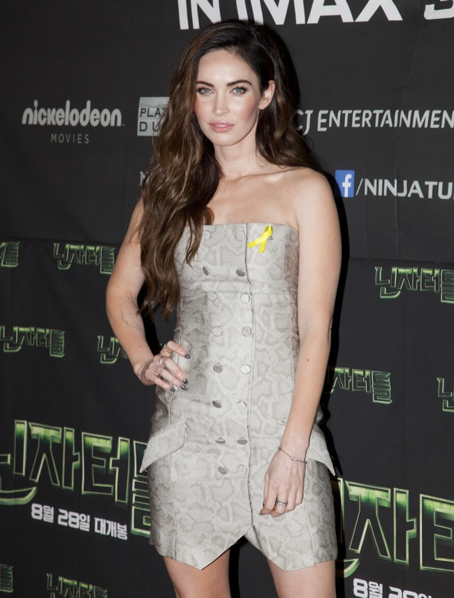 "megan fox snakeskin print dress jenni kayne01 Megan Fox Wears Jenni Kayne Snakeskin Print Dress at ""Teenage Mutant Ninja Turtles"" Seoul Premiere"