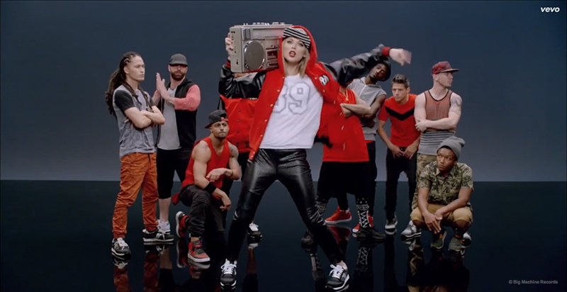 shake it off video stills01 Taylor Swift Cant Dance in Her Shake It Off Music Video