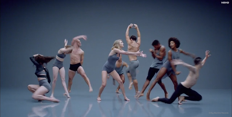 shake it off video stills03 Taylor Swift Cant Dance in Her Shake It Off Music Video